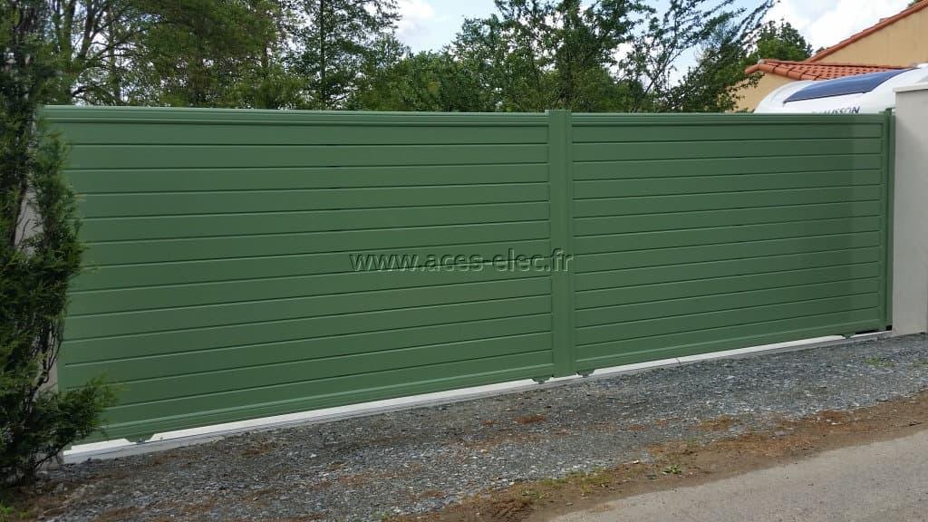 Installateur de barrière en limite de propriété à Cholet (49) Robuste et fixé à la maçonnerie existante