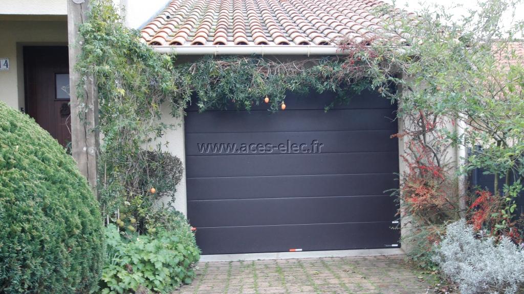 Pose d'une porte automatique à refoulement au plafond avec panneaux monorainuré et tablier de couleur marron RAL 8019 sablé à cholet