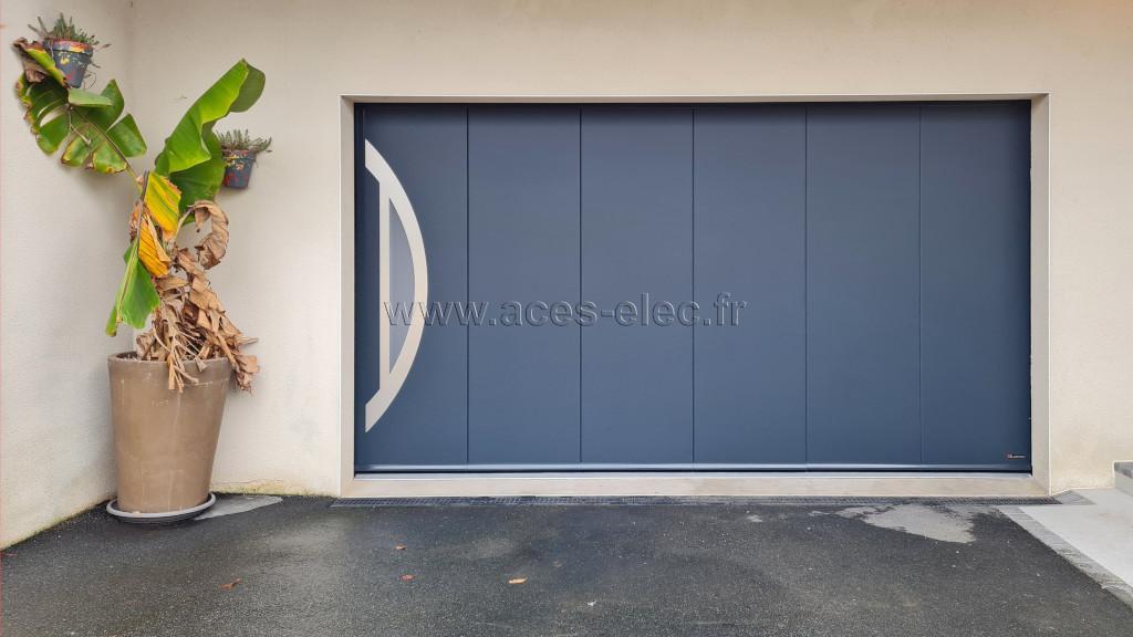 Artisan installateur de portes de garage sectionnelles motorisées.