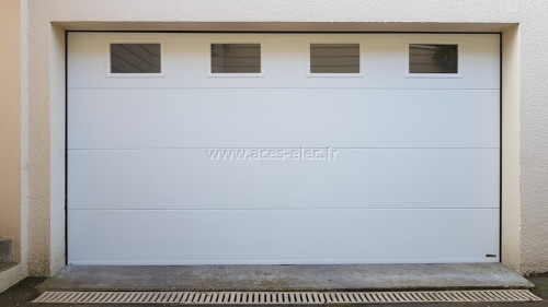 Installation de Portes de garage sectionnelles isolantes à ouverture et fermeture automatique avec hublot double vitrage résistant à l'effraction