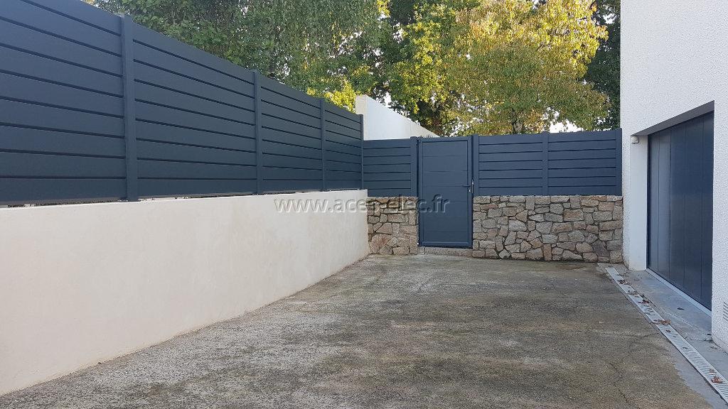 Vente et pose de clôture brise vue avec portillon aluminium à cholet