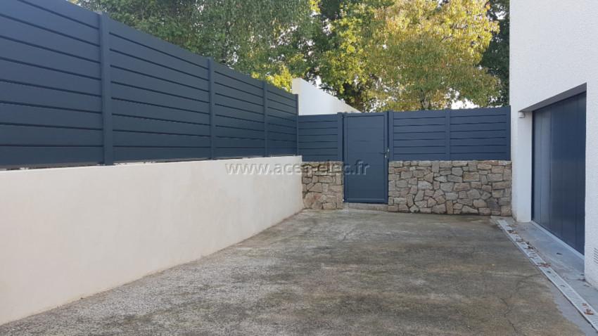 Portillon sur mesure avec des larges lames de 250 mm en aluminium positionné à l'horizontale, Barrière et clôture pare vue en aluminium thermolaqué anthracite RAL 7016 sablé