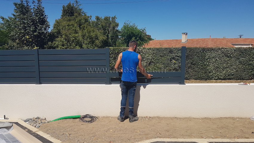 Pose de clôture pare-vue avec l'installation de portail aluminium