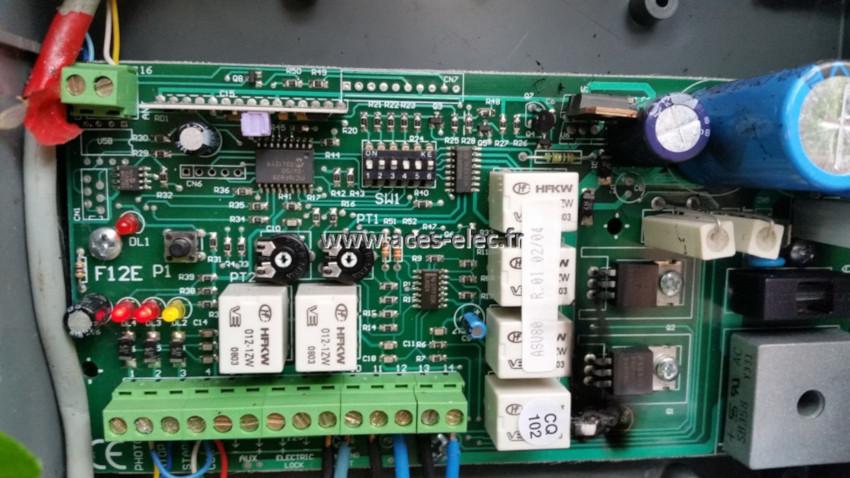 domotique : Réparation automatisme portail et carte électronique de commande installé sur un système de motorisation de portail aluminium.