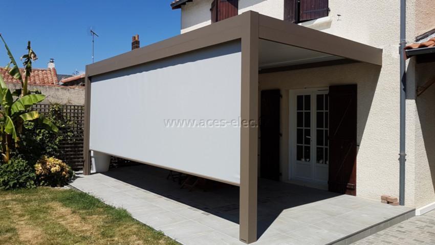 Pergola bioclimatique aluminium sur mesure 6x4 adossée à la maison avec rideaux soltis 92