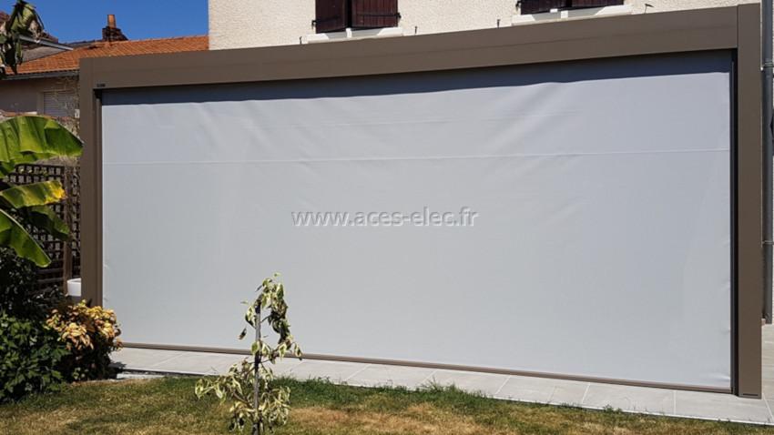Store motorisé SOMFY pour prolonger l'utilisation de votre terrasse avec un grand choix de toile en tissus polyester soltis 92 ou Sergé 600